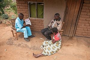 Expat Kennedy, 35 anni, è operatore sanitario di comunità nel distretto di Thyolo, in Malawi. Tutti i giorni si reca in diversi villaggi del distretto, visitando mamme e bambini nelle capanne e presso la clinica, che è anche la sua casa. Una parte importante del suo lavoro consiste nel sensibilizzare le mamme e le famiglie sull'importanza di far eseguire ai propri figli tutte le vaccinazioni necessarie per la salute dei piccoli (Foto di Paolo Patruno/STC).
