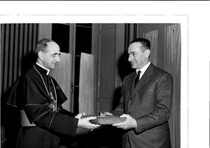 La foto, in esclusiva, di Mattei che consegna il modellino della Chiesa di Metanopoli a Montini