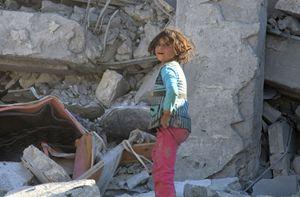 Una bambina di Aleppo tra le macerie della sua casa (Reuters).