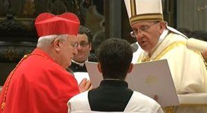 Papa Francesco con il cardinale Gualtiero Bassetti durante il Concistoro di febbraio
