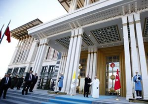 Papa Francesco con il  presidente turco Tayyip Erdogan. Foto Reuters.