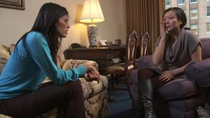 Una scena tratta dal documentario, mostra Linor Abargil mentre parla con Julie, vittima di violenza a New York.