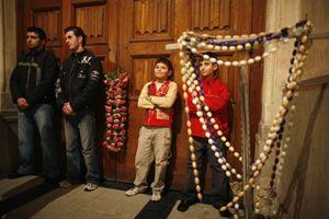 In quest'immagine e in quella di copertina: fedeli in preghiera nella chiesa di Sant'Antonio, a Istanbul. Foto Reuters