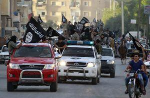 Un corteo di miliziani dell'Isis a Raqqa, in Siria (Reuters).
