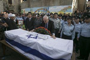 Reuven Rivlin, presidente di Israele, rende omaggio alla bara di uno dei caduti nell'attentato alla sinagoga (Reuters).