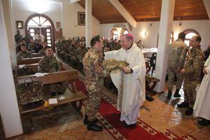 Monsignor Santo Marcianò tra i soldati italiani schierati in Kosovo.  Foto: Ordinariato militare in Italia.