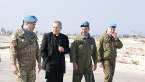 Monsignor Santo Marcianò nel Sud del Libano con i militari italiani impegnati nella missione Onu al confine con Israele. Foto: Ordinariato militare in Italia.