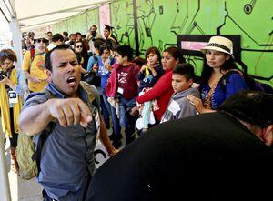 Un'immagine recente di quel che accade al confine tra il Messico e gli Stati Uniti d'America.  Foto Reuters.