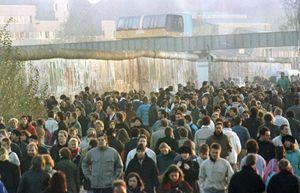 I tedeschi dell'Est attraversano il Muro di Berlino il 9 novembre 1989 (Reuters).