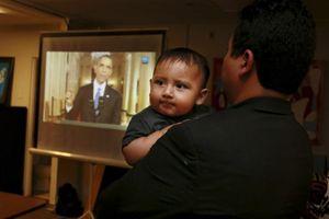 Un immigrato messicano ascolta il discorso di Barack Obama (Reuters).