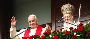 Papa Francesco e il patriarca Bartolomeo (Reuters).