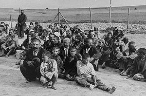 Un gruppo di internati rom nel lager nazista di Belzec, nel 1940.