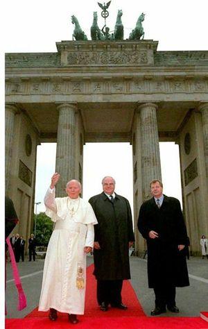 Papa Wojtyla a Berlino il 23 giugno 1996. Foto Ansa.