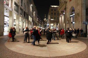 Un gruppo di tangueri in corso Vittorio Emanuele a Milano, a due passi dal Duomo (Foto per gentile concessione Street tango)