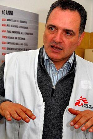 Il dottor Gianfranco Di Maio (Foto Sinigalliesi). In copertina, il medico durante una delle tante missioni africane