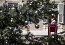 Atmosfera natalizia a San Pietro. Il Papa all'Angelus: «Maria è il modello di come prepararsi al Natale»