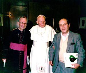 Da sinistra: il vescovo gesuita brasiliano dom Luciano Mendes de Almeida, papa Giovanni Paolo II, Ernesto Olivero del Sermig.