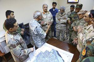 Il generale Haftar (quarto da sinistra, con le mostrine rosse) in riunione con i suoi ufficiali (Reuters).