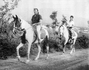 Mogol e Battisti durante il viaggio a cavallo da Milano a Roma nel 1970