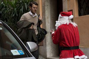 Alessandro Cattelan in una scena del film: Ogni maledetto Natale