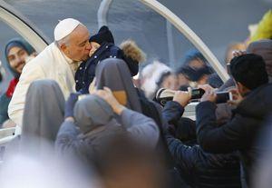 Papa Francesco durante l'udienza generale di mercoledì 10 dicembre. Foto Reuters.
