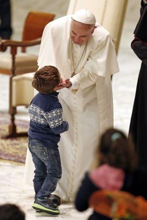 Papa Francesco durante l'incontro con le famiglie numerose (Reuters).