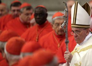 Papa Francesco con i nuovi cardinali (Reuters).