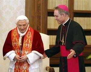 Monsignor Georg Gaenswein con il papa emerito Benedetto XVI (Reuters).