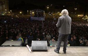 Beppe Grillo durante un comizio (Reuters).