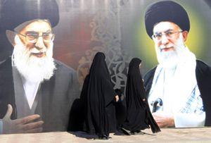 Donne iraniane in una strada di Teheran (Reuters).