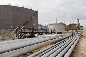 La raffineria di Zawia, a 55 chilometri da Tripoli (Reuters).