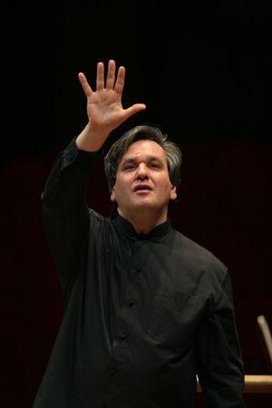 Antonio Pappano. In alto: mentre dirige l'Orchestra di Santa Cecilia.