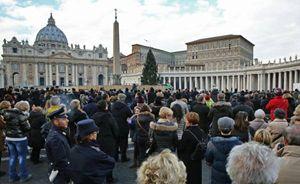 Fedeli in piazza San Pietro in attesa dell'Angelus del Papa (Ansa).