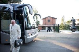 L'arrivo del Papa nella casa di esercizi spirituali dei Paolini ad Ariccia. Foto Osservatore Romnano/Ansa.