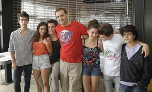Albert Espinosa, al centro, fra i ragazzi protagonisti della fiction.
