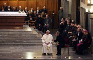 Un momento dell'incontro tra papa Francesco e i familiari delle vittime di mafia, il 21 marzo, nella parrocchia di San Gregorio VII .