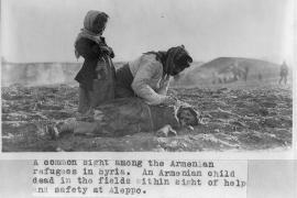 Donna armena accanto al corpo di una bambina ad Aleppo.