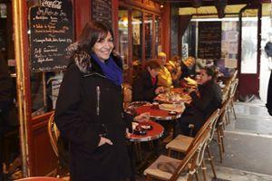Anne hidalgo, candidata socialista, in un bistro di Parigi (Reuters).