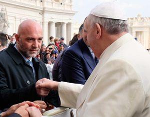 Il pittore Mauro Pallotta nel momento dell'incontro con Papa Francesco in piazza San Pietro, a Roma.