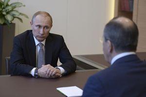 Vladimir Putin a colloquio con il ministro degli Esteri Lavrov (Reuters).