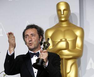 Paolo Sorrentino con la statuetta dorata vinta per La grande Bellezza