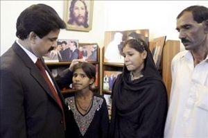 Il cattolico Shahbaz Bhatti, quand'era ministro per le minoranze religiose del Pakistan, mentre riceve figli e marito di Asia Bibi. Bhatti venne ucciso da fondamentalisti islamici nel marzo 2011.
