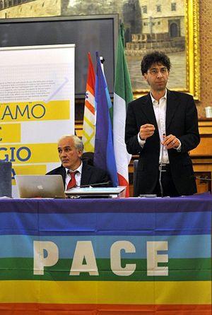 Nella foto: Andrea Ferrari (in piedi), nuovo presidente del Coordinamento nazionale Enti locali per la Pace, accanto a Flavio Lotti, direttore dell'organismo. In copertina: la dirigenza del Coordinamento (Le foto sono di Roberto Brancolini).