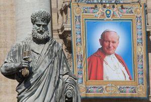 Roma si prepara alle canonizzazioni di papa Roncalli e di papa Wojtyla. Qui e nella foto in alto due particolari di come si presenta, oggi, Piazza San Pietro, Foto Ansa.