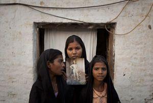 Pakistan. Alcuni dei figli di Asia Bibi con al foto della mamma. La donna, cristiana, è stata condannata a morte con l'accusa di blasfemia: avrebbe parlato male del profeta Maometto. La sentenza, impugnata, non è stata fin qui eseguita.