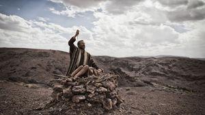"""L'episodio di Abramo con il figlio Isacco nella serie """"La Bibbia"""" di Rete 4. In alto: una scena di """"Noah""""."""