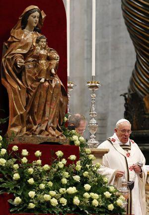 Roma, 17 aprile 2014. Papa Francesco durante la Messa crismale del Giovedì Santo. Foto Reuters.