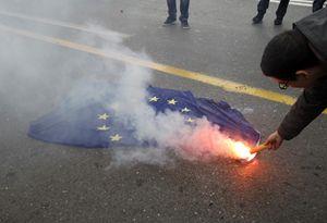 Una protesta contro la Ue ad Atene, in Grecia (Reuters).