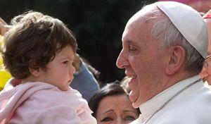Papa Francesco durante la visita alla parrocchia romana di San Gregorio Magno, alla Magliana. Questa foto e quella di copertina sono dell'agenzia Ansa.