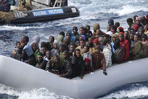 Un barcone di migranti assistito dalla nostra Marina Militare (Reuters).